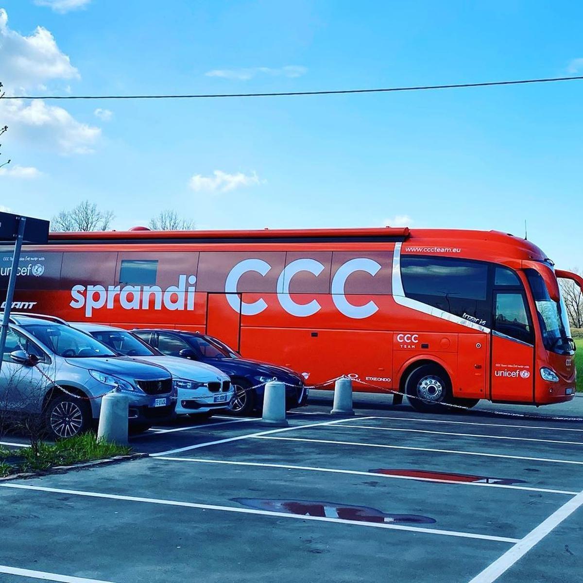 De CCC Team-bus staat momenteel stil op 250 kilometer van Milaan. (GF)