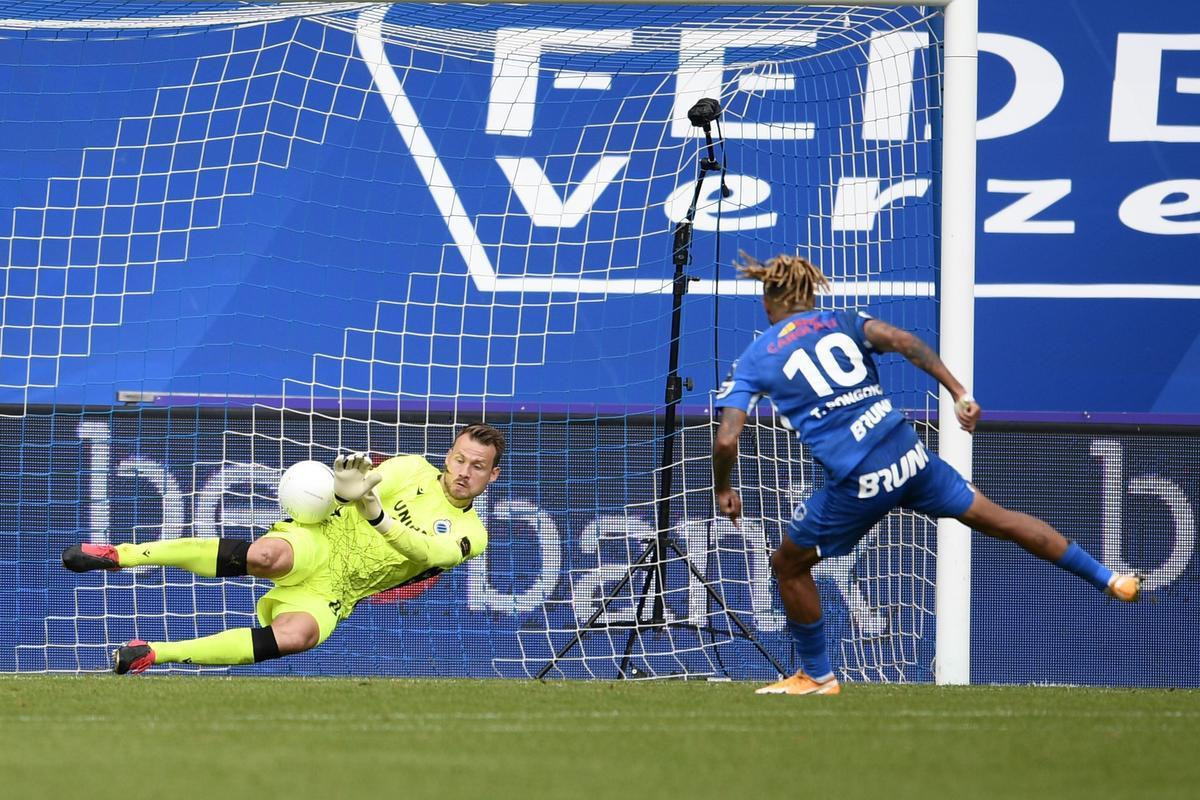 Theo Bongonda mikte zijn penalty niet naar de hoek. Mignolet stopte hem ei zo na.