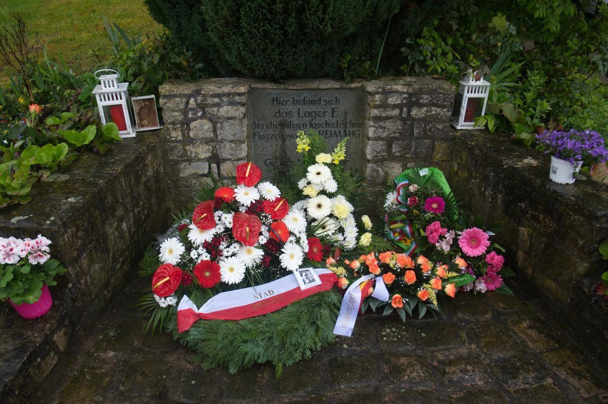 Aan het herdenkingsmonument van het kamp Lager E werd een bloemenkrans van de stad Brugge neergelegd ter ere van Julien Saelens.