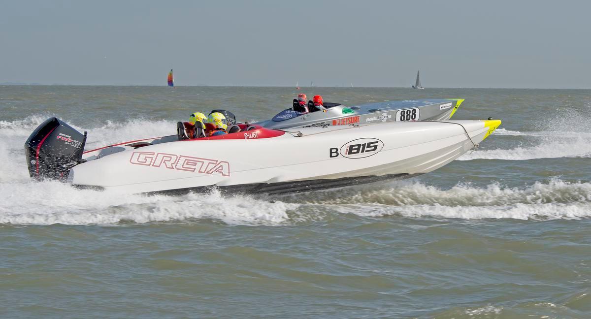 De powerboats in actie.