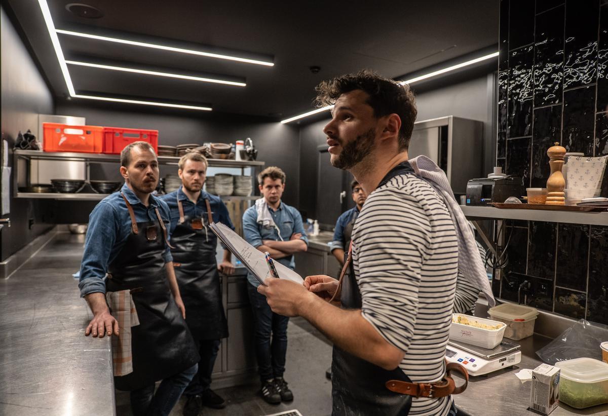 Ruige Vermeire brieft vooraf zijn personeel van LESS Eatery. (foto Piet De Kersgieter)