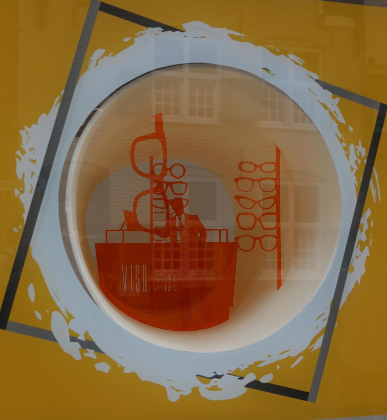 In een van de kijkbuizen zie je wat er mogelijk is in het pand: een opticien bijvoorbeeld.