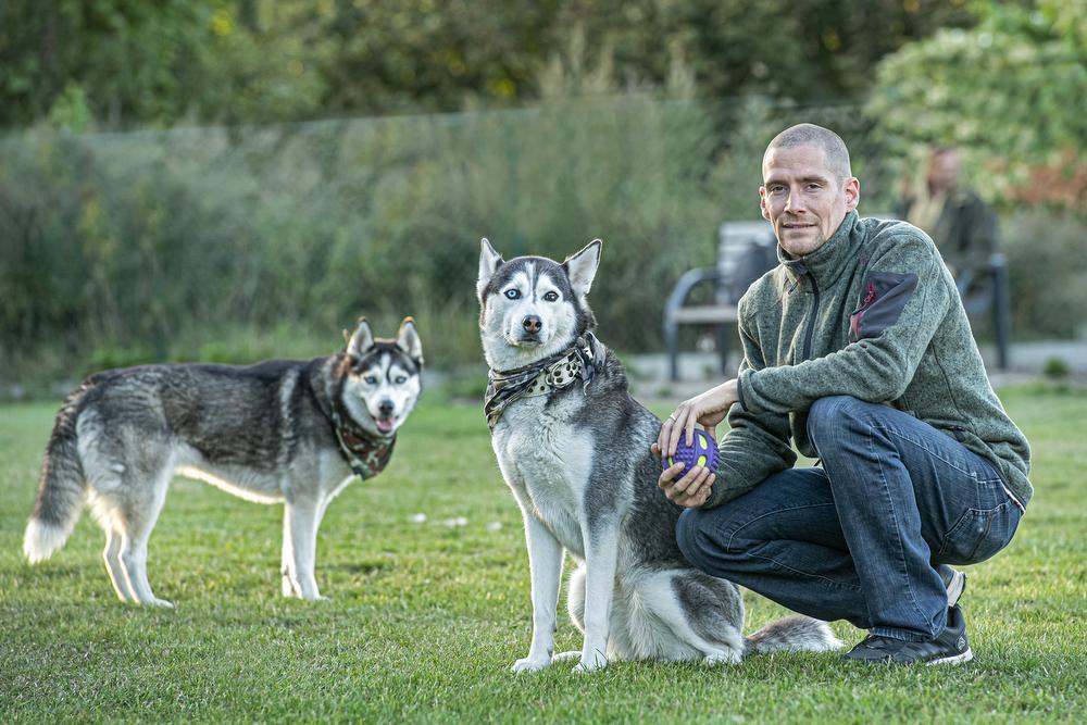 Manuel Holler met zijn twee huskies.