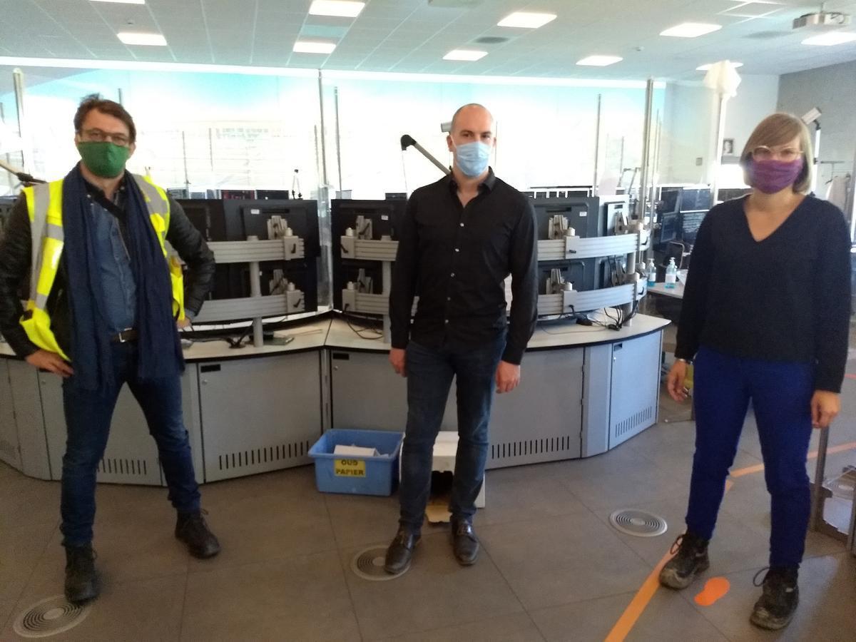 Len, Steffen en Charlotte in het 'coronaporoof' seinhuis. (foto SVK)