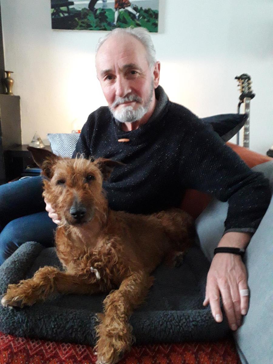 Steven met zijn hond Mike die een week lang tussen leven en dood zweefde. (foto gf)