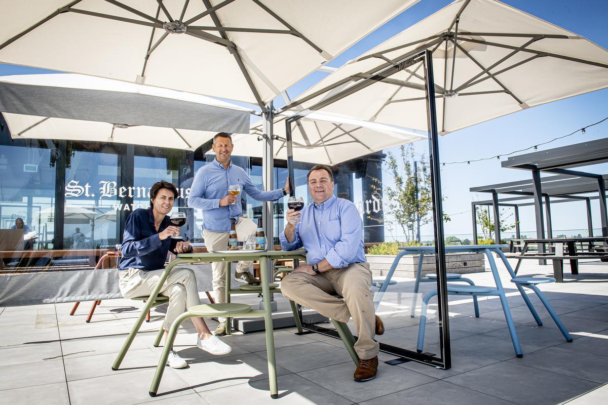 Sofie Brutsaert, Jean Van Houtryve en Marco Passarella testen het terras al even uit.