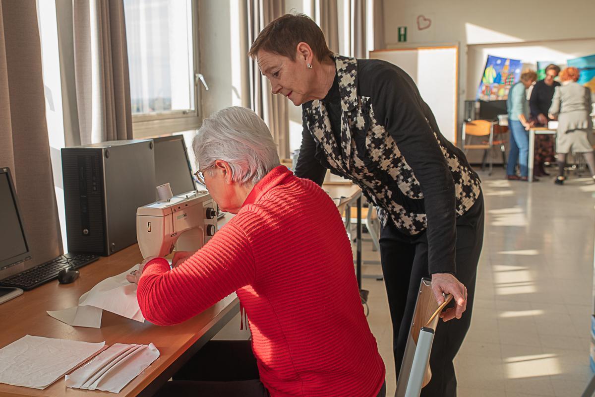 Corona: Sint-Jozefsinstituut in Tielt stikt elke dag honderd mondmaskers voor Sint-Andriesziekenhuis