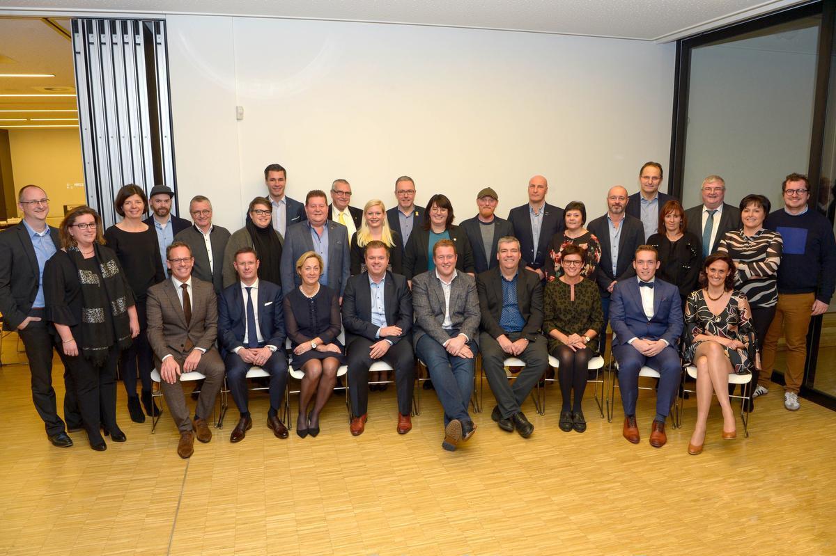 De gemeenteraadsleden van Izegem bij de start van de huidige bestuursperiode. De oppositieleden hameren nu op een extra zitting.