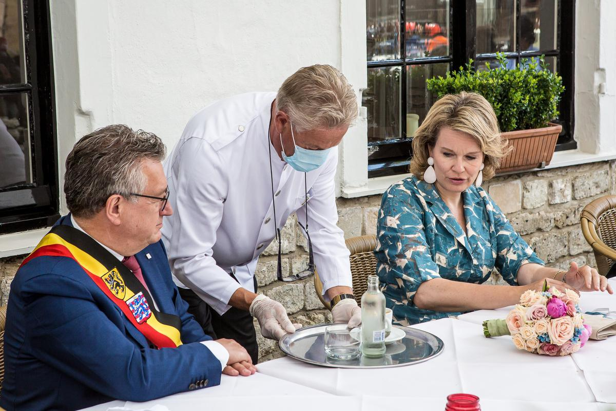 Koningin Mathilde op bezoek in Brugge met modieus mondmasker