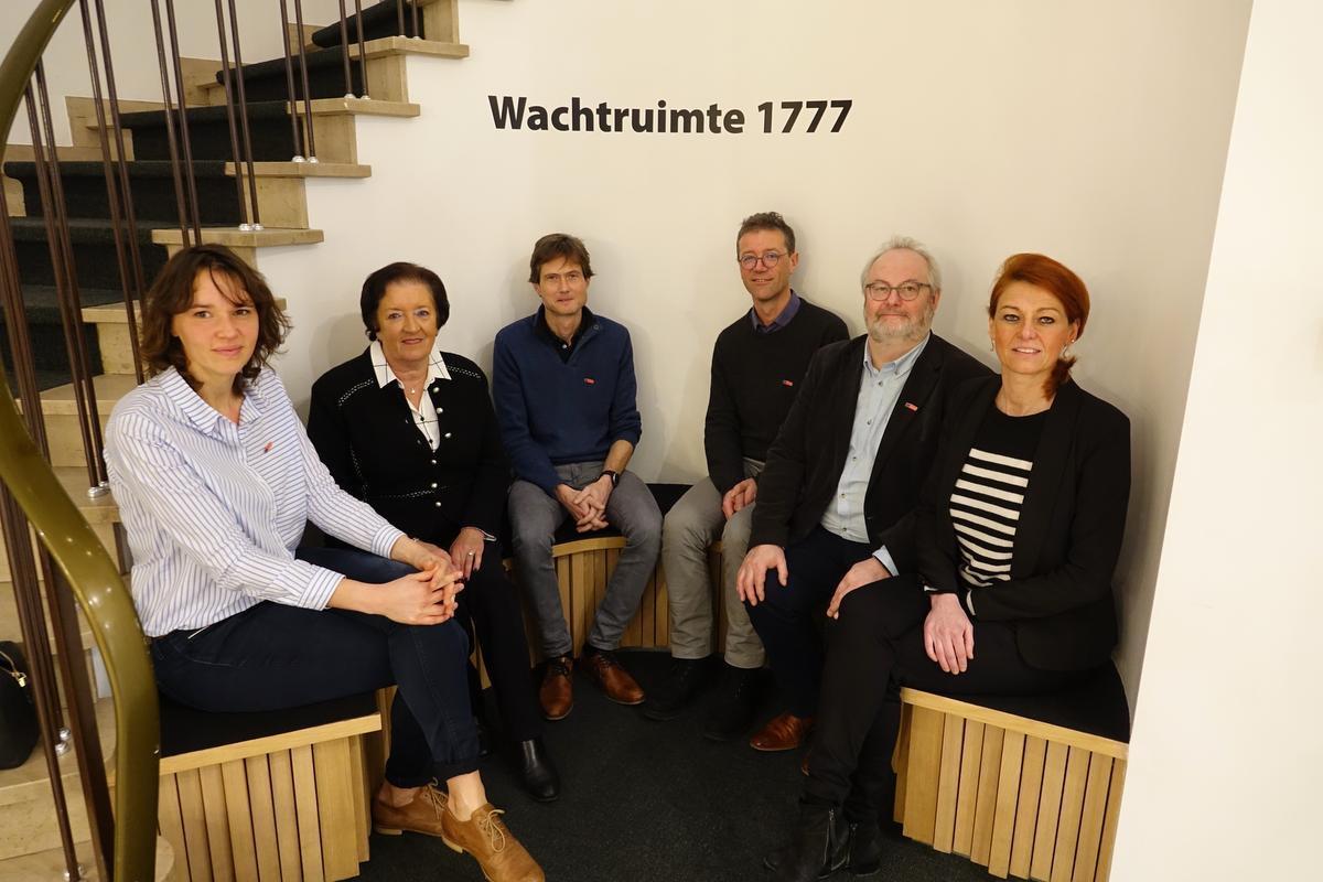 Cornelia Hauspie (teamcoach), Marie-Claire Vandenbulcke (oud-schepen), Joris Beaumon (eindverantwoordelijke), Hans Verscheure (onwikkelaar software), Geert Van Robaeys (trajectleider dienstverlening) en schepen Ruth Vandenberghe.