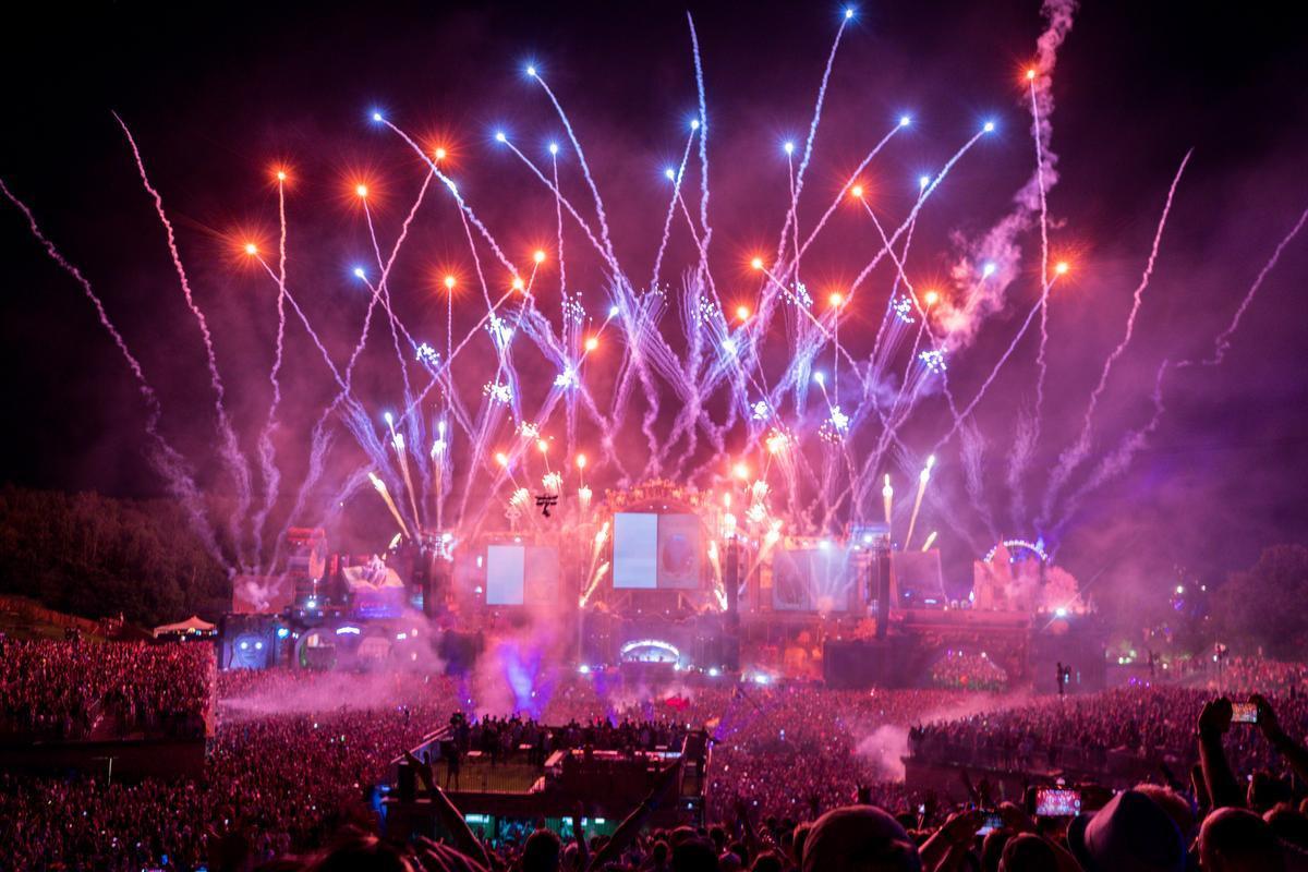Als dit allemaal voorbij is, gaan we zingen en dansen! Weet je wat? We halen dan Tomorrowland in onze tuin!