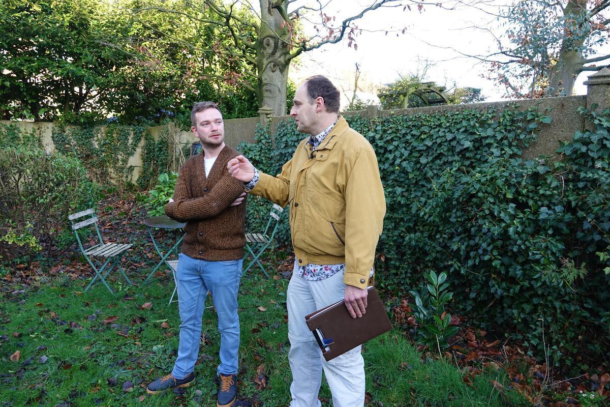 Ben Holvoet luistert aandachtig naar de tips van expert Carl Vandenberghe.