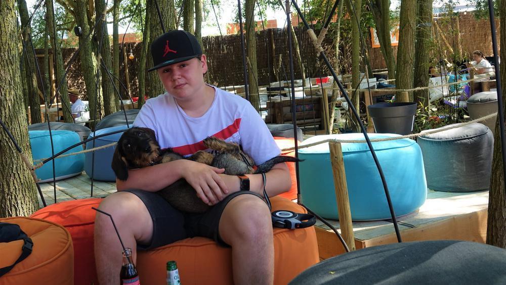 Luka Verslype bracht voor het eerst zijn hondje Jäger mee, een ruwharige teckel.