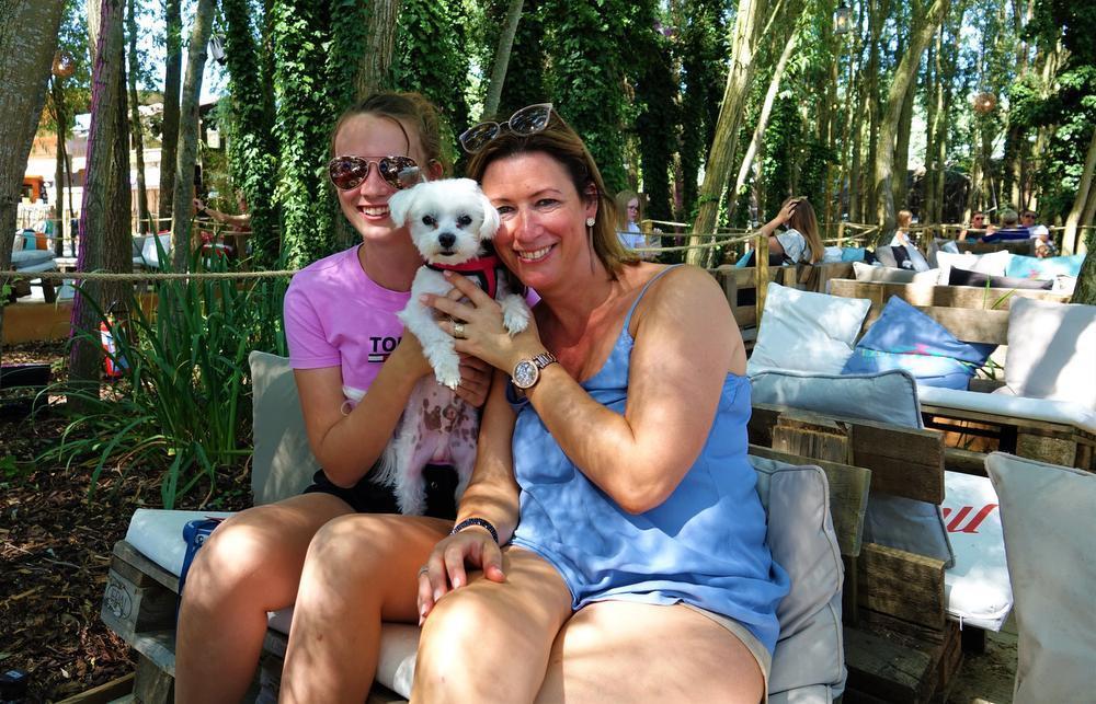 Veronique Ramon en haar dochter Margaux Vanlerberghe met Casper.