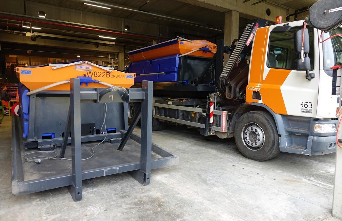 De strooidienst beschikt over twee grote vrachtwagens en twee kleinere karretjes voor de fiets- en winkelstraten.