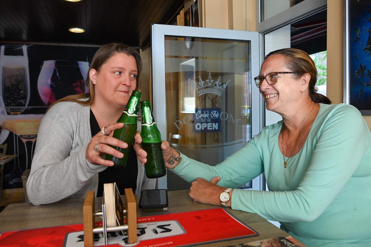 Jill Deloof en Marijke Debusschere klinken op de heropening.