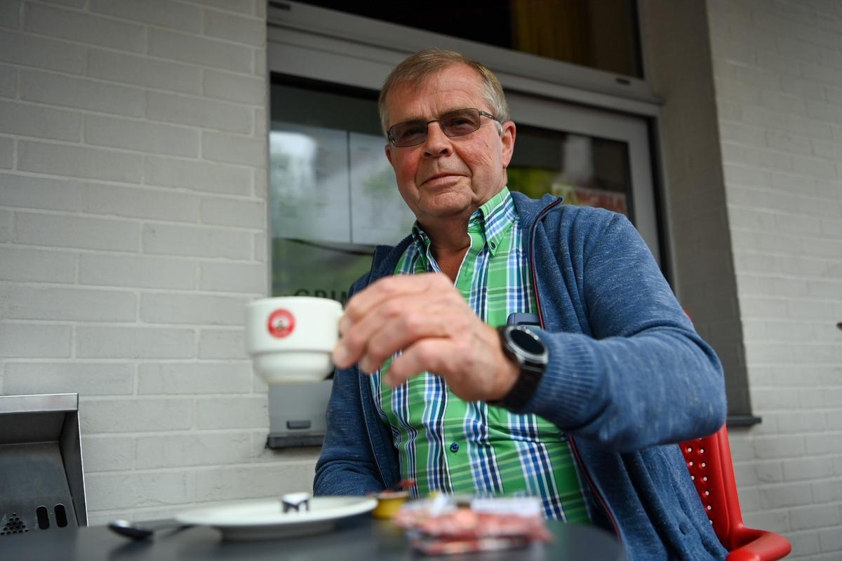 Ernie Vancoillie geniet van een koffie op terras.
