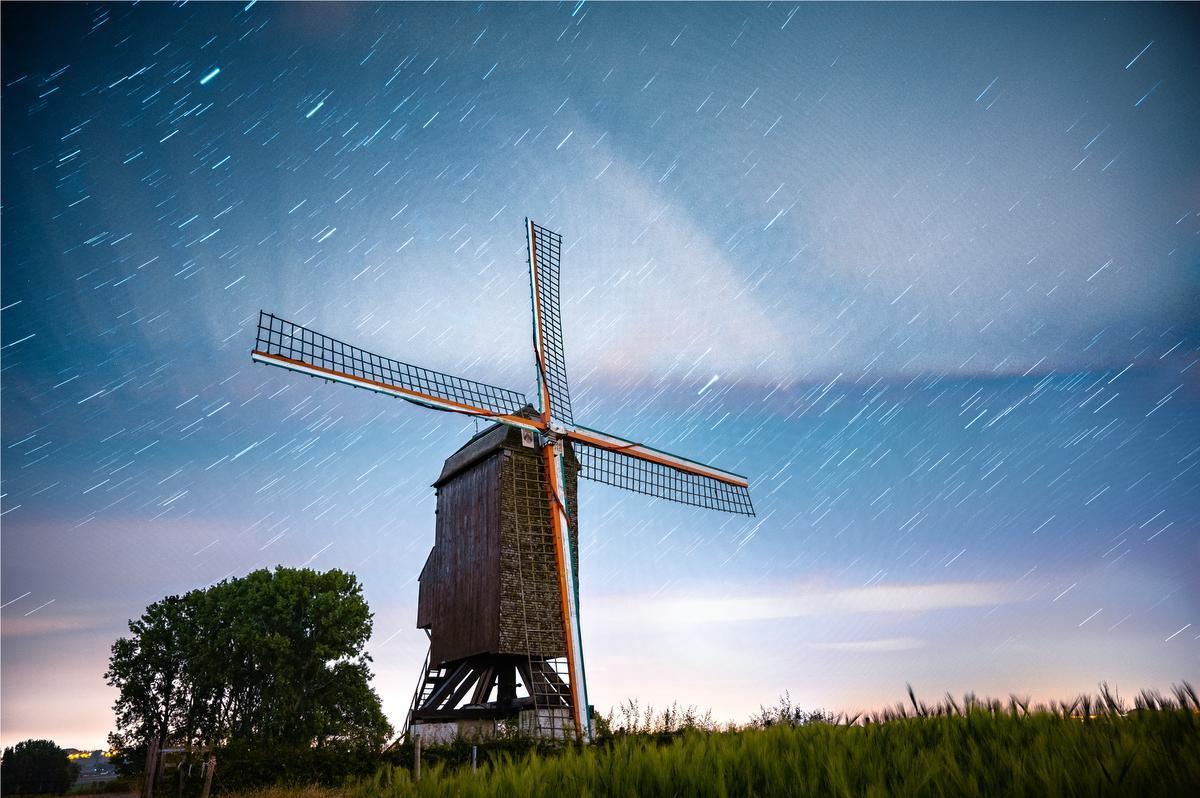 Pieters persoonlijke favoriet: de 'star trail' rondom de molen op de Poelberg. (foto Pieter Soenens)