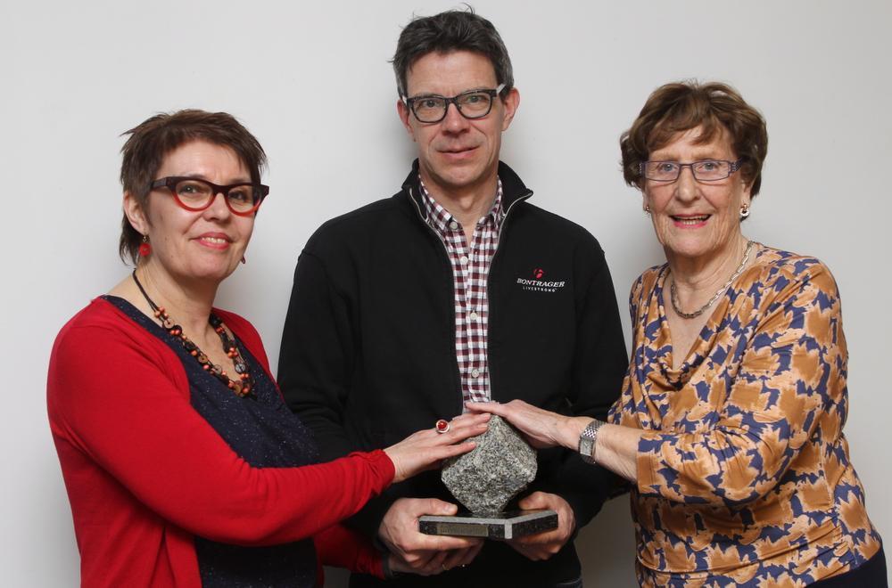 Ma Kathleen Catteeuw, pa Mathieu Stuyven en oma Rosette Duvillier met de kassei die Jasper Stuyven overhield aan zijn zege in Paris-Roubaix.