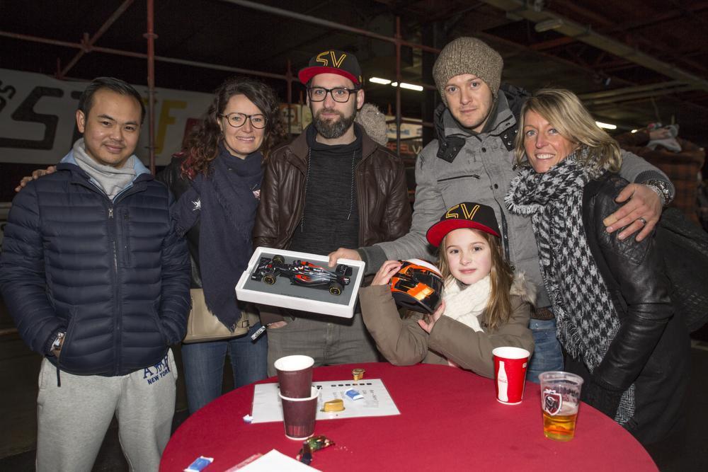 We zien v.l.n.r.: Pakdi Decnud (Menen), Evelien De Vrieze (Geluwe), Gwen Temperman (Geluwe), Nico Desmet (Wevelgem), Tine Vrielynck (Wevelgem) en vooraan Ilani Desmet. (Foto LLV)