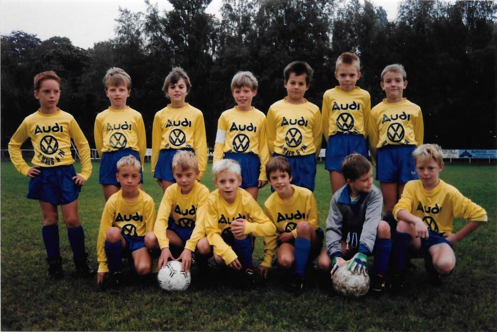 Frederik Declercq (bovenaan uiterst rechts) en Vincent Provoost (onderaan derde van links) groeiden op in Kachtem en begonnen er ook te voetballen.
