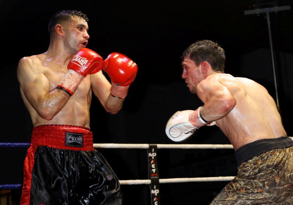 Hakim Ben Ali (links) won op punten tegen Matthieu Lehot.
