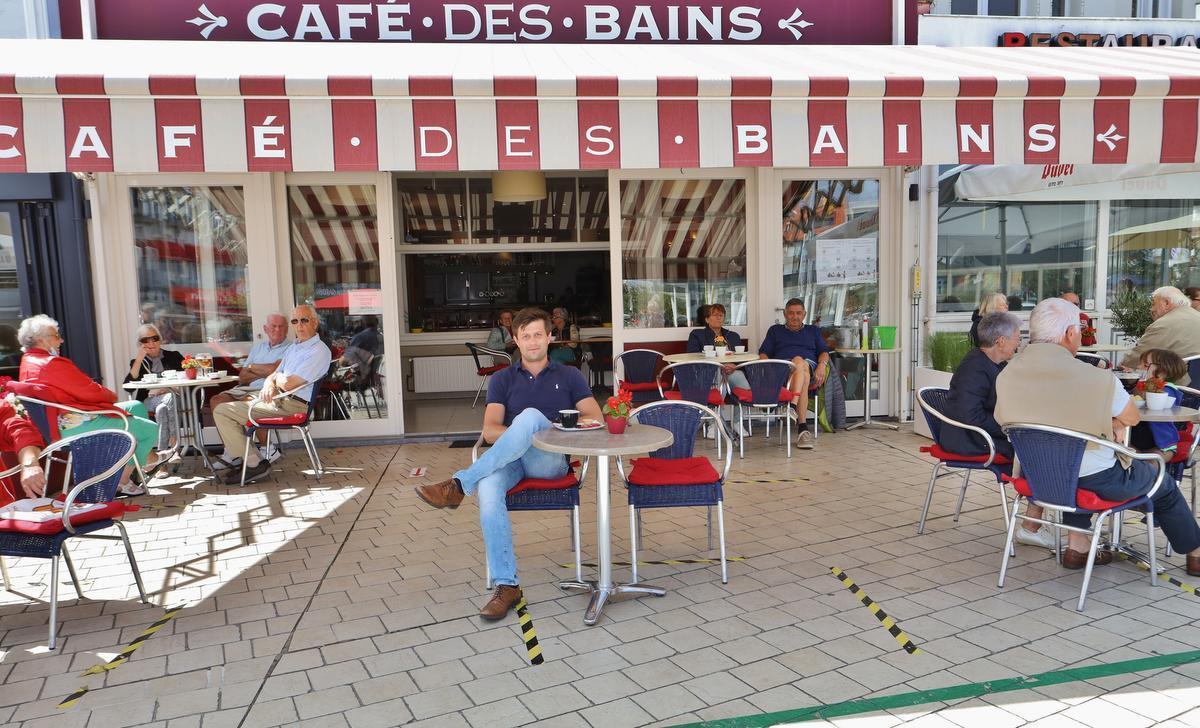 Matthias Engelbrecht, zaakvoerder café Des Bains, vindt een verkeersvrije straat een positieve zaak.