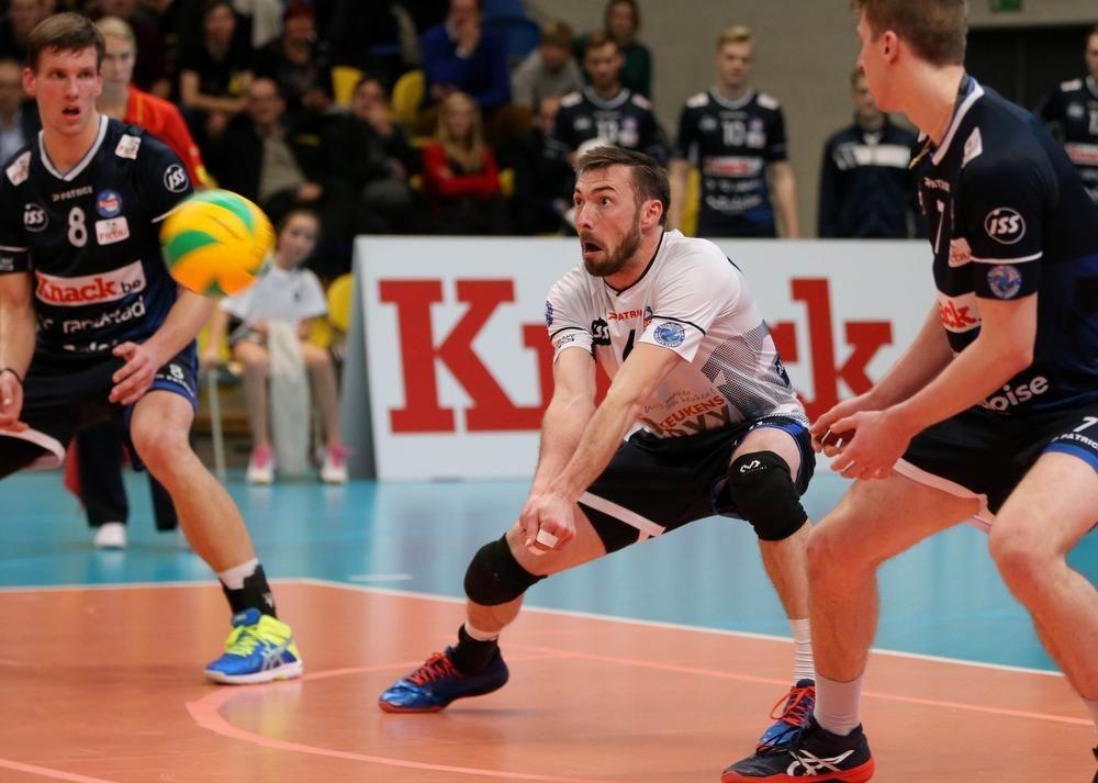 Stijn Dejonckheere tussen zijn ploegmaats Matthijs Verhanneman en Sam Holt.
