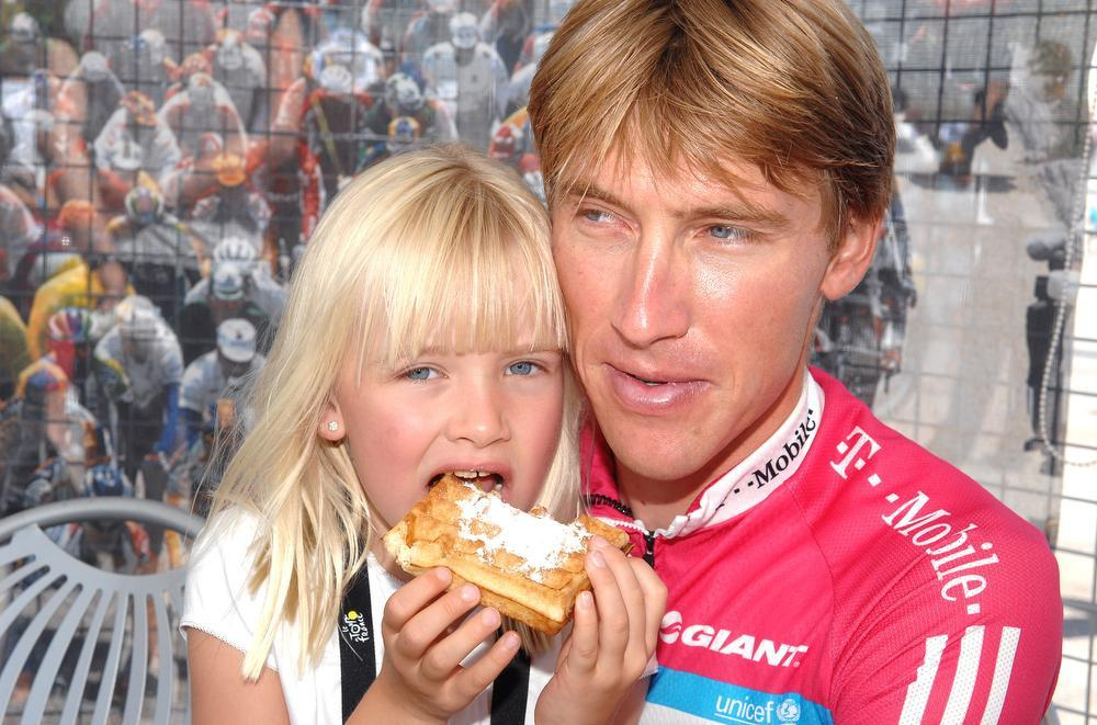 De kleine Axana met haar papa in de Tour de France van 2007. Axel Merckx en zwemcoach Stefaan Maene zijn goede vrienden.