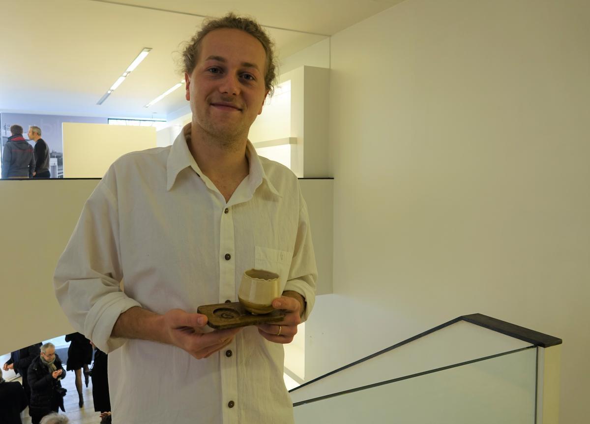 Tuur Vermandere (21) van Studio Castard met een van zijn duurzame koffietassen.