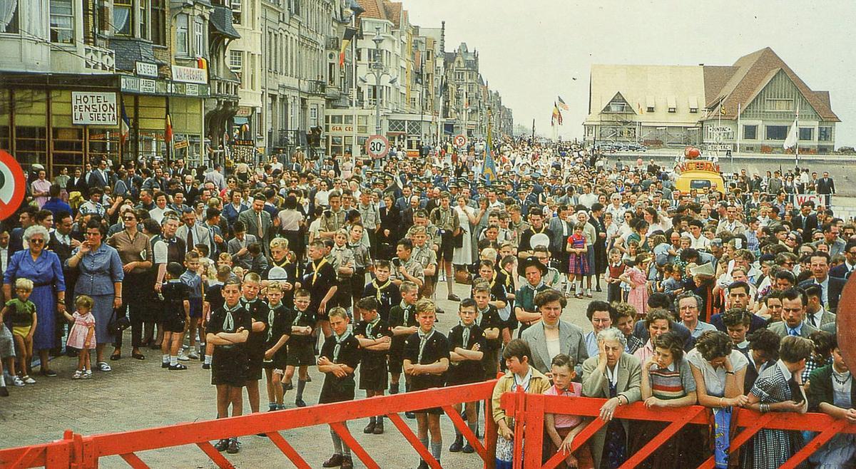 De Zeewijding trok ieder jaar heel wat volk. Zowel inwoners van Middelkerke als toeristen. Ook heel wat verenigingen werden betrokken bij het gebeuren. Op deze foto van 1 augustus 1954 is de massale volkstoeloop op de Zeedijk te zien