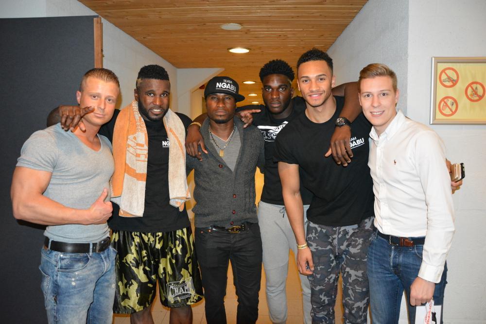 Mathieu Vermeeren uiterst links met het team Ngabu met van links naar rechts Mathieu Vermeeren, Yves Ngabu, Fabrice Ngabu, Randy Ngabu, Ronny Seda en René Degroote. (Foto a-SM)