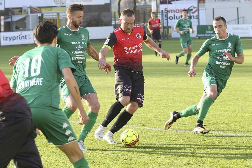 Drie spelers van Wijgmaal proberen hier Lilian Lorthiois af te stoppen, maar de sterke beer zet je niet zomaar aan de kant.
