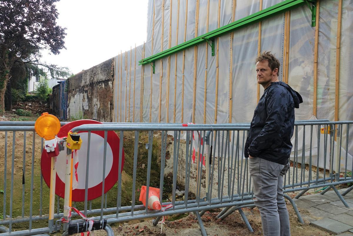 Broer Maarten op de plaats waar vroeger het huis van Peter stond.