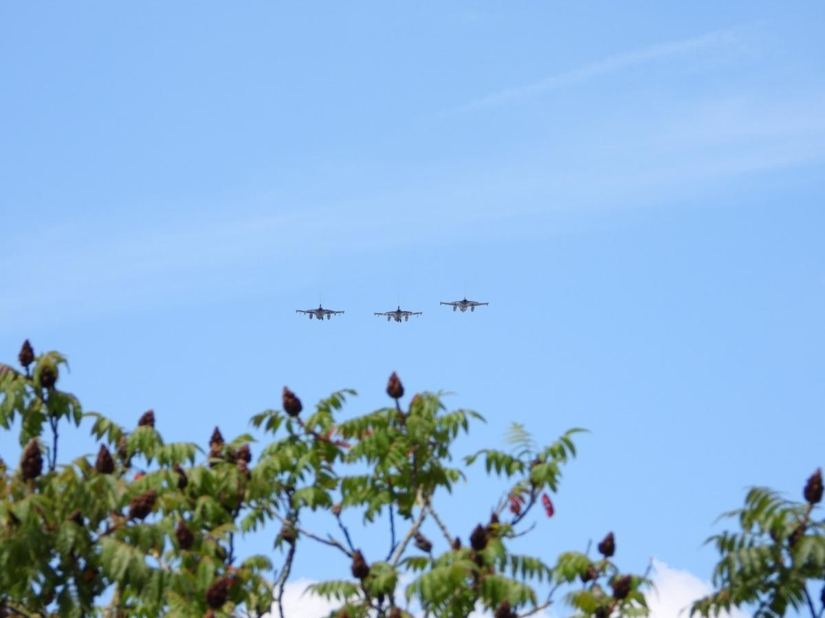 Drie F16 gevechtsvliegtuigen vlogen over Brugge en Oostende.