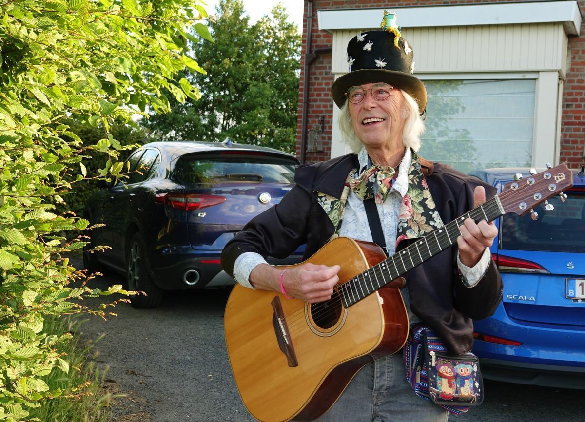 Roland Vanblaere haalde zijn gitaar boven om de nieuwe drempels te vieren.