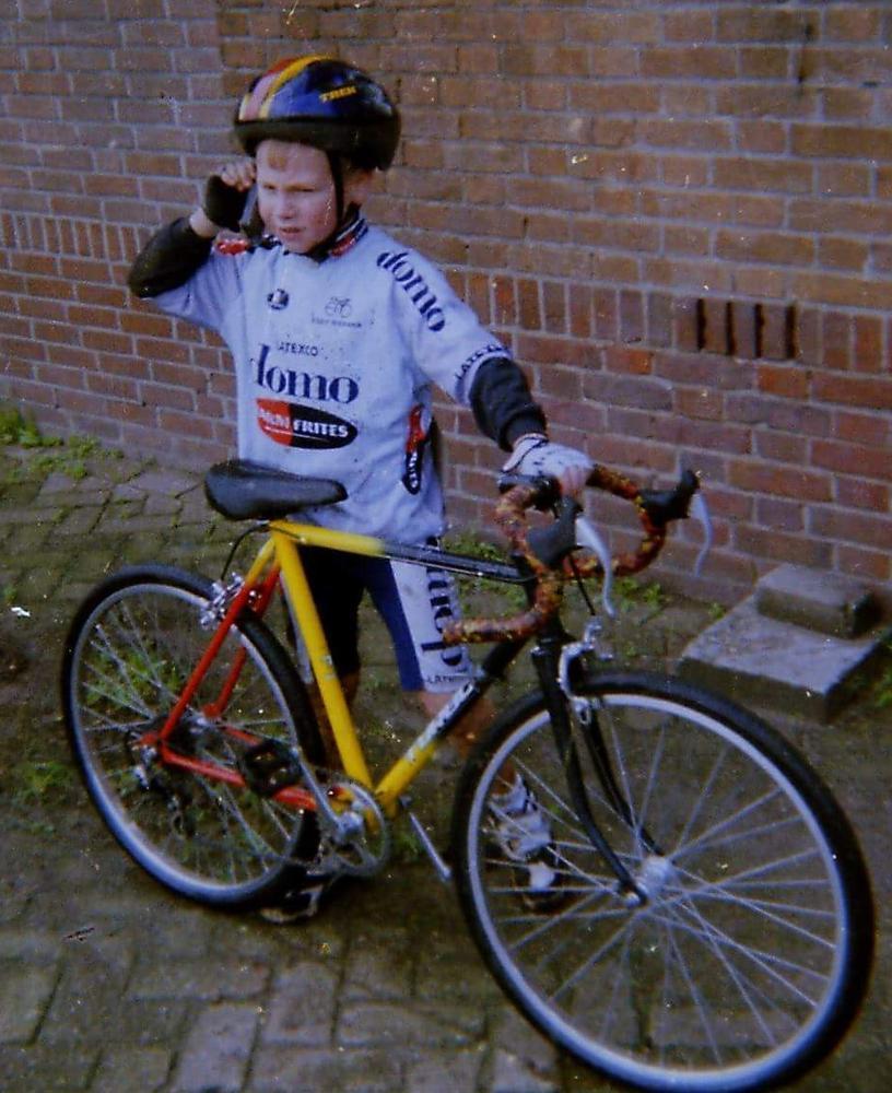 De jonge Jeffrey Soenens, met tricolore fiets, brengt het thuisfront op de hoogte van zijn prestaties in veld. (gf)