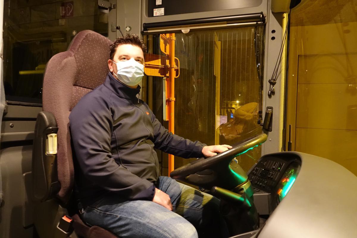 Pieter-Jan is blij om na bijna acht maanden weer achter het stuur van een autocar te zitten.