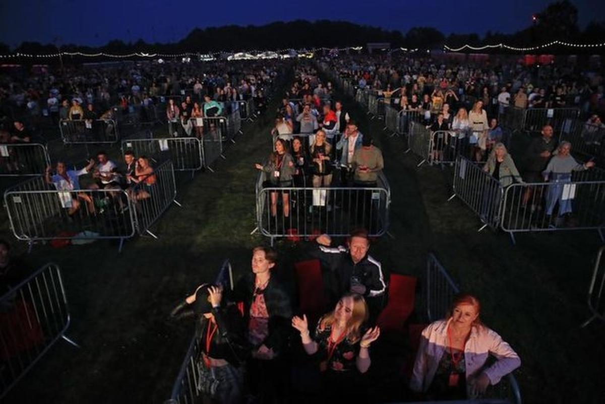 Schepen Axel Ronse haalde het idee voor een coronaproof evenementenplein uit Newcastle. Daar kunnen op deze manier 2.500 mensen saen genieten van een optreden.