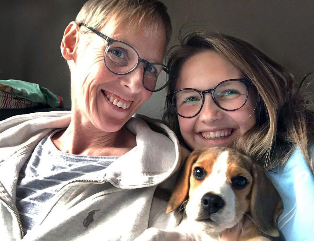 Nathalie Hellebuyck straalt weer: hier met dochter Merel Dereere en hond Ayko.