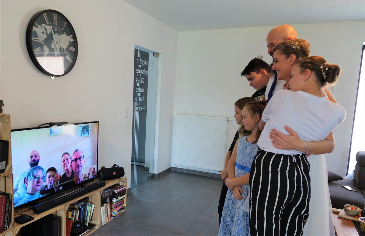 Na de ceremonie werd er thuis online met de familie getoost.