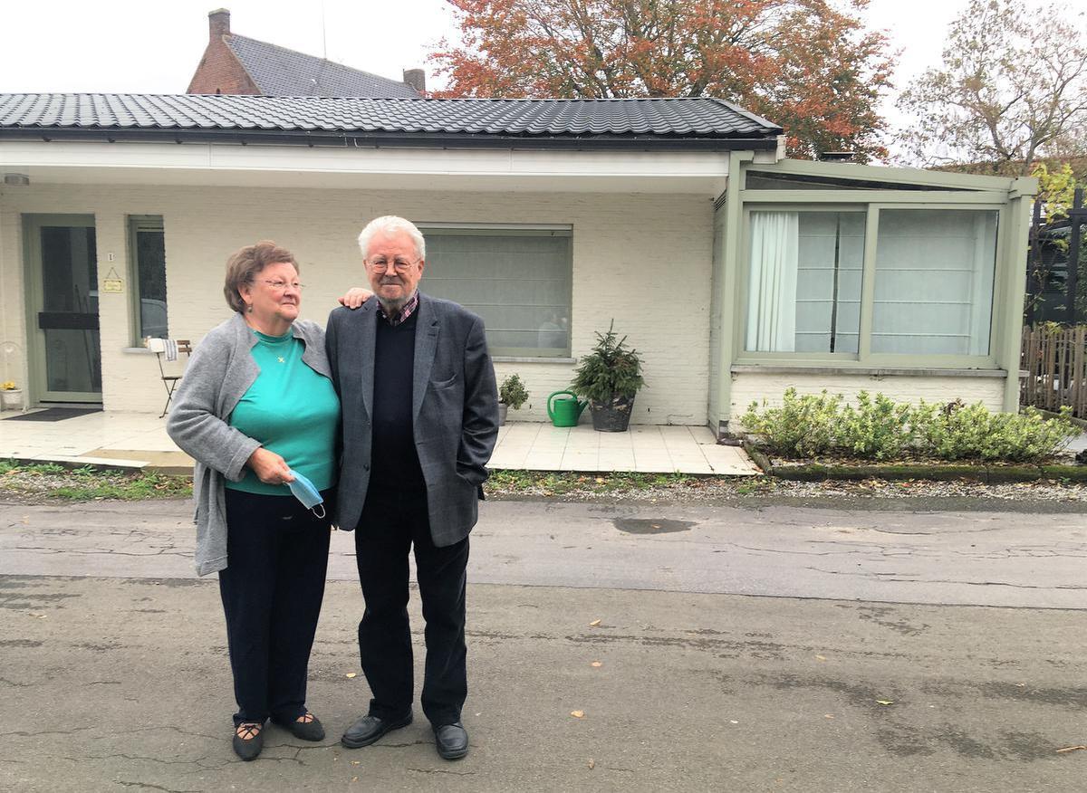 Christinne Vanhamme en Johan Roelstraete bij het vroegere Gasthof Tineke, waar een stuk Tinekesgeschiedenis geschreven werd.