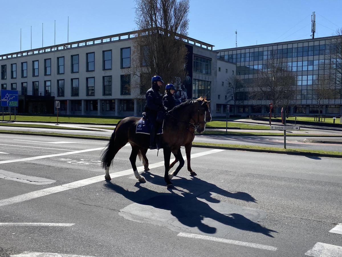 De politie patrouilleert te paard door de straten van de stad.