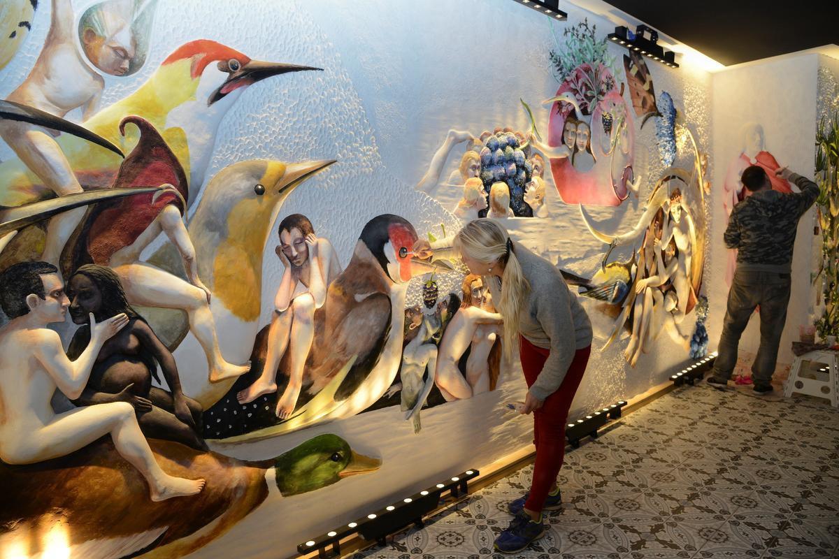 Het museum besliste intussen om een weergave van het schilderij bij de ingang te zetten zodat de mensen weten aan wat ze zich kunnen verwachten.