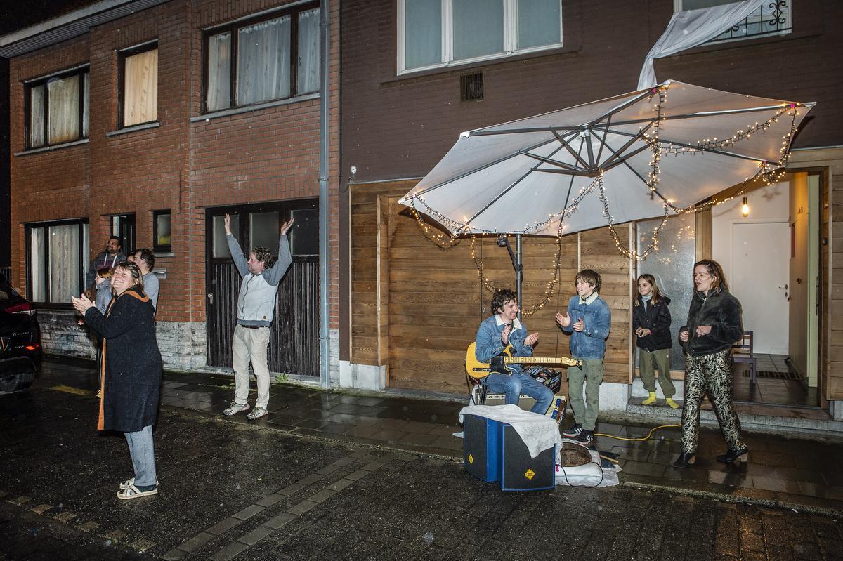 Wouter Spaens steekt personeel AZ Delta in Roeselare hart onder de riem met straatconcert