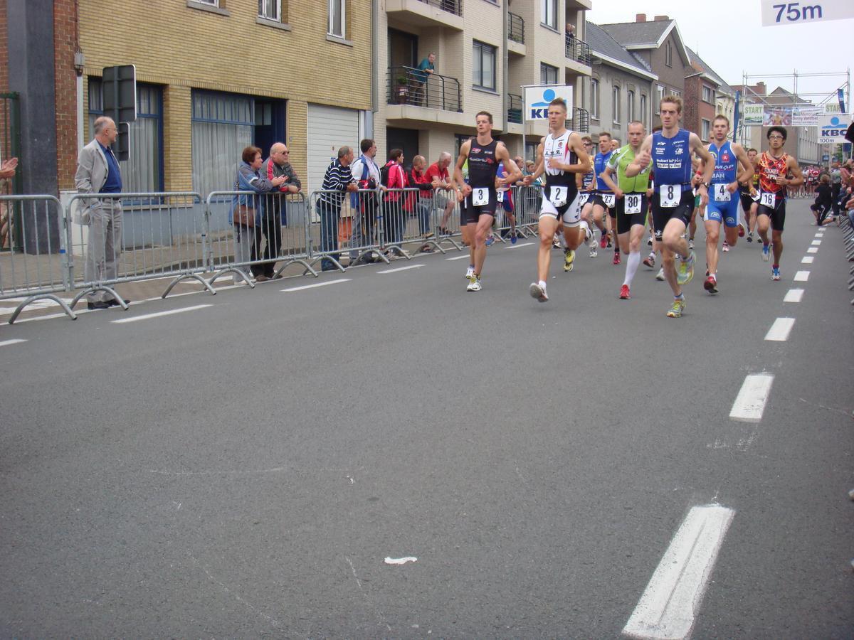 Bij de jeugd waren Kris en Joerie, hier links vooraan tijdens een wedstrijd in hun thuisstad Torhout, concurrenten.