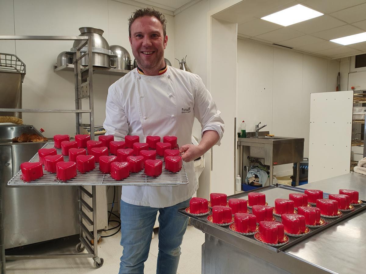 Niek Bossaert met zijn taartjes in hartvorm.