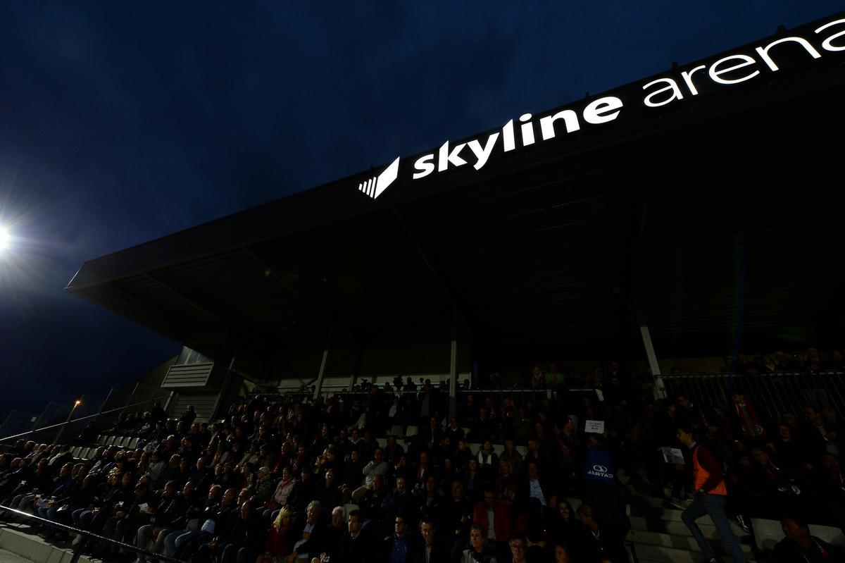 De verlichte Skyline Arena op de avond van Mandel United - KV Oostende.