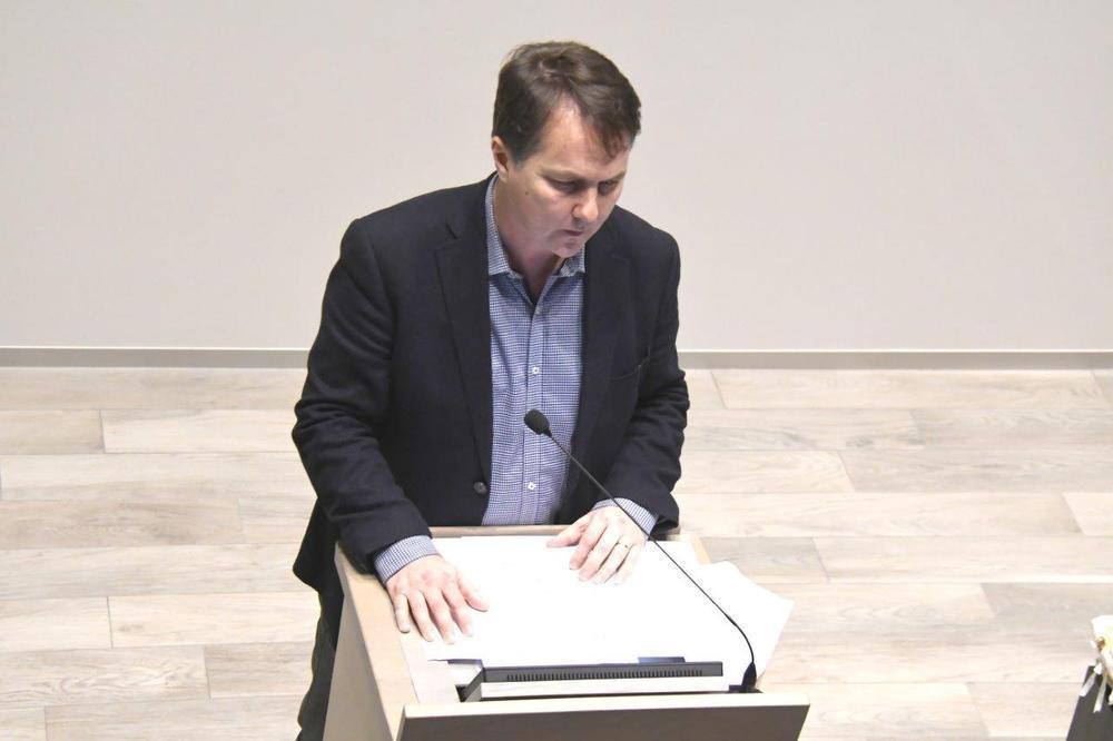 Open VLD-voorzitter Laurent Hoornaert nam het woord.