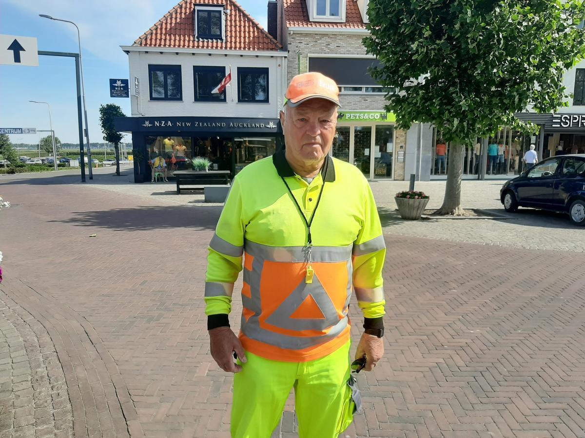 Verkeersbegeleider Toon Spierenburg is blij dat een overdreven volkstoeloop uitbleef.